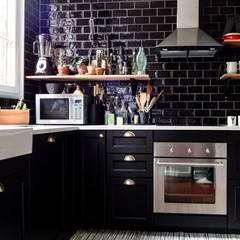 Un appartement à l'esprit vintage: Cuisine de style de style eclectique par Eclectiko Studio