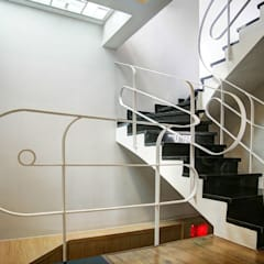 Lối cầu thang và sảnh lên tầng tạo thành điểm nhấn khá thú vị.:  Cầu thang by Công ty TNHH Thiết Kế Xây Dựng Song Phát