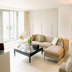 Phòng khách được bài trí đơn giản với bộ sofa nhỏ gọn.:  Phòng khách by Công ty TNHH Thiết Kế Xây Dựng Song Phát