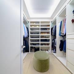 13 N: Vestidores y closets de estilo moderno por NIVEL TRES ARQUITECTURA
