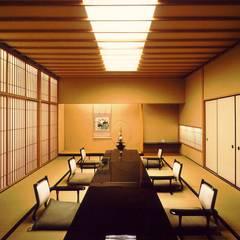 料亭_客間: 株式会社 ギルド・デザイン一級建築士事務所が手掛けたバー & クラブです。