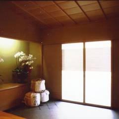 玄関: 株式会社 ギルド・デザイン一級建築士事務所が手掛けたバー & クラブです。