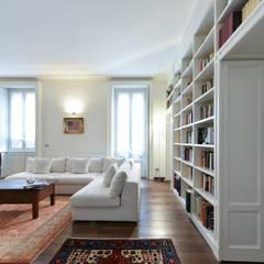 Abitazione privata - Milano: Soggiorno in stile  di CN Arredamento Design Srl