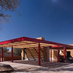 Tequisquiapan: Garajes abiertos de estilo  por Eduardo Gutiérrez Taller de Arquitectura