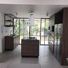 Habilitación casa para sala de ventas y capacitaciones: Muebles de cocinas de estilo  por JF Constructora
