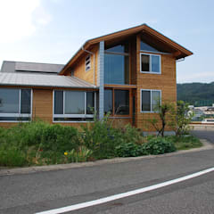 Midwifery home by the sea: 丸菱建築計画事務所 MALUBISHI ARCHITECTSが手掛けた木造住宅です。