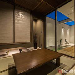 素材に住まう。色×形×素材を遊ぶ、おしゃれモダンな家。: 納得住宅工房株式会社 Nattoku Jutaku Kobo.,Co.Ltd.が手掛けた和室です。,和風