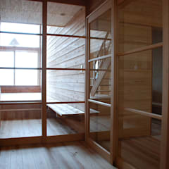 Glass doors by 丸菱建築計画事務所 MALUBISHI ARCHITECTS, Rustic Solid Wood Multicolored