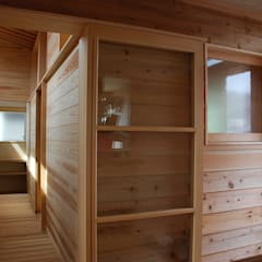 Wooden doors by 丸菱建築計画事務所 MALUBISHI ARCHITECTS