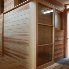 Midwifery home by the sea: 丸菱建築計画事務所 MALUBISHI ARCHITECTSが手掛けた壁です。