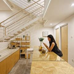 Không gian phía dưới là bếp và phòng ăn có thiết kế mở rộng rãi.:  Phòng ăn by Công ty TNHH Thiết Kế Xây Dựng Song Phát