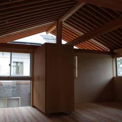 Midwifery home by the sea: 丸菱建築計画事務所 MALUBISHI ARCHITECTSが手掛けた赤ちゃん部屋です。,北欧 無垢材 多色