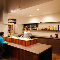 キッチン(夜): H建築スタジオが手掛けたキッチンです。