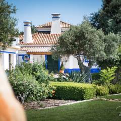Jardim à Entrada: Jardins de fachada  por Pedro Queiroga | Fotógrafo