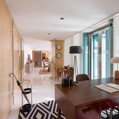 Apartamento Contemporâneo - CASCAIS: Corredores e halls de entrada  por SHI Studio, Sheila Moura Azevedo Interior Design