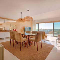 Apartamento T2 em Cascais - SHI Studio Interior Design: Salas de jantar  por SHI Studio, Sheila Moura Azevedo Interior Design,Tropical