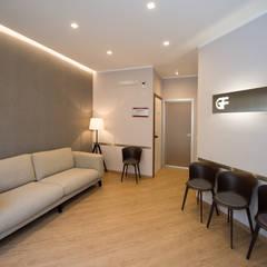 sala d'attesa: Cliniche in stile  di Giuseppina PIZZO