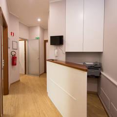 reception: Cliniche in stile  di Giuseppina PIZZO