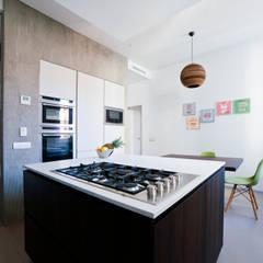 مطبخ ذو قطع مدمجة تنفيذ Gianluca Bugeia ARCHITETTO,