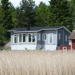 Maison à Stockholm, Bammarboda: Chalets & maisons en bois de style  par i Petra France