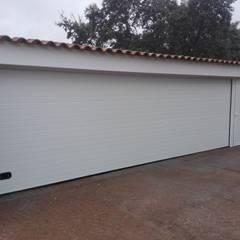 Puertas de garajes de estilo  por Reformas Solum S.L.