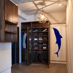玄関土間: tai_tai STUDIOが手掛けた廊下 & 玄関です。