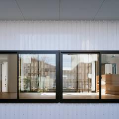 House-Mrn: 伊藤憲吾建築設計事務所が手掛けた樹脂サッシです。