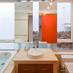 """Khám Phá Không Gian """"Chất Lừ"""" Bên Trong Căn Nhà 4x20m Ở Bến Nghé:  Phòng tắm by Công ty TNHH Xây Dựng TM – DV Song Phát, Hiện đại"""