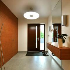 PROJEKT WNĘTRZA DOMU W OPOCZNIE Nowoczesny korytarz, przedpokój i schody od Piotr Stolarek Projektowanie Wnętrz Nowoczesny