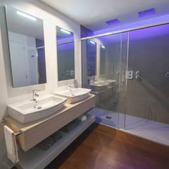 Proyecto de interiorismo y decoración en una vivienda B&G de Bilbao convertida en una casa inteligente domótica.: Baños de estilo  de Muka Design Lab,
