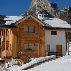 Una casa da montagna in Trentino: Casa di legno in stile  di Woodbau Srl