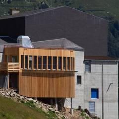 Ristorante in alta quota: Casa di legno in stile  di Woodbau Srl