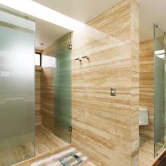 Casa Nochebuena: Baños de estilo  por Dionne Arquitectos