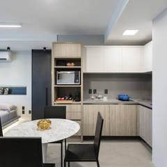 projeto apartamento flat contemporâneo: Armários e bancadas de cozinha  por ABHP ARQUITETURA