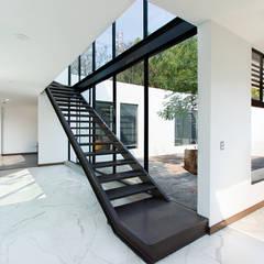 Corridor & hallway by Dionne Arquitectos