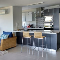 Cocina integral con barra americana: Cocinas de estilo moderno por Remodelar Proyectos Integrales