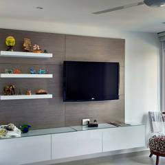 Mueble multimedia en la habitación: Habitaciones de estilo  por Remodelar Proyectos Integrales