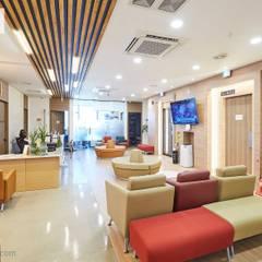 Hospitales de estilo  por 위아카이(wearekai)