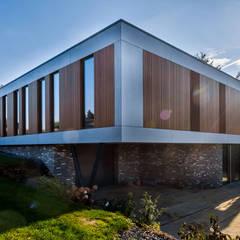 voorgevel en linker zijgevel:  Villa door 3d Visie architecten