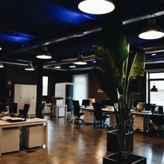 Primera planta, zona de trabajo: Edificios de oficinas de estilo  de ESTUDIO DE CREACIÓN JOSEP CANO, S.L.