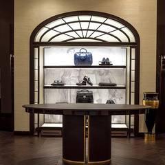 Luxury store Mosca - veduta centrale: Negozi & Locali commerciali in stile  di Sara Bellini Architetto