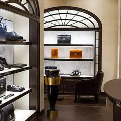 Luxury store Mosca - veduta da sinistra: Negozi & Locali commerciali in stile  di Sara Bellini Architetto