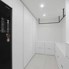 심플 모던스타일의 30평 아파트 인테리어: 홍예디자인의  드레스 룸