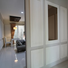 Home sweet home di Grand Galaxy: Koridor dan lorong oleh Exxo interior,