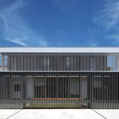 House-H: 伊藤憲吾建築設計事務所が手掛けたロックガーデンです。,モダン 木 木目調