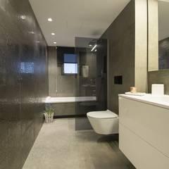 Interior Casa Particular: Baños de estilo  de Luxiform Iluminación