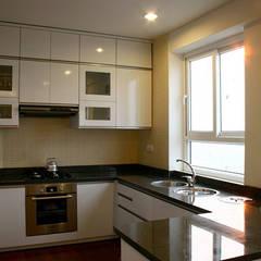 Không gian bếp đầy đủ tiện nghi.:  Nhà bếp by Công ty TNHH Thiết Kế Xây Dựng Song Phát