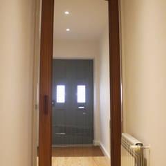 Entrada: Portas de madeira  por Ideal Obra & Lar