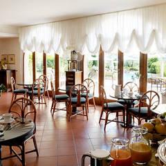 salone: Hotel in stile  di Morelli & Ruggeri Architetti