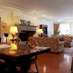 sala polivalente: Hotel in stile  di Morelli & Ruggeri Architetti